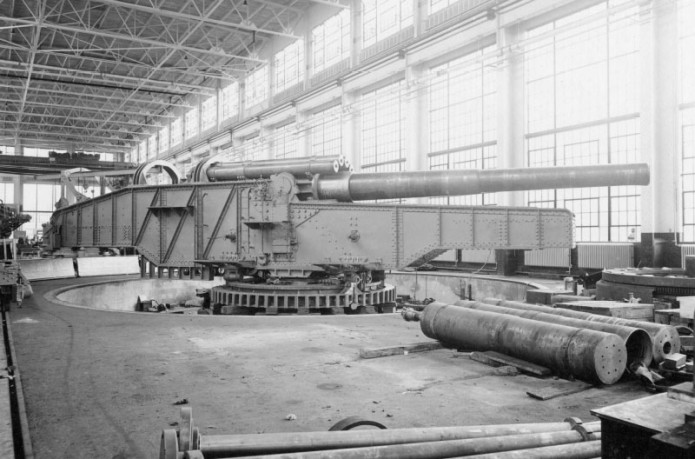 14-inch gun mounted rail gun being assembled in 1921